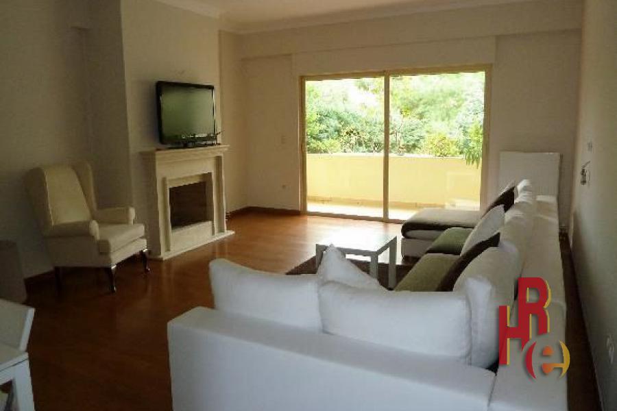 Διαμέρισμα σε συγκρότημα στη Γλυφάδα με θέα στον κήπο