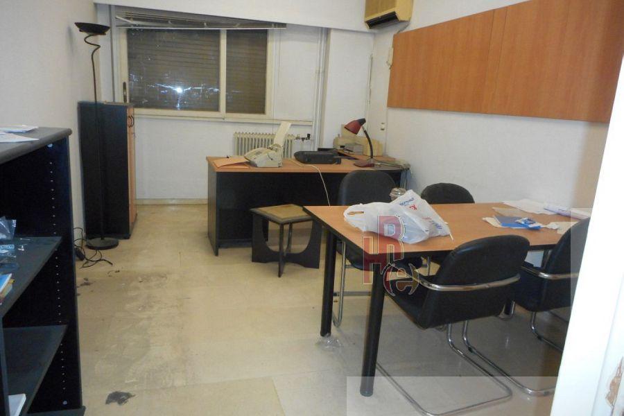 Γραφείο σε πεζόδρομο στα Εξάρχεια